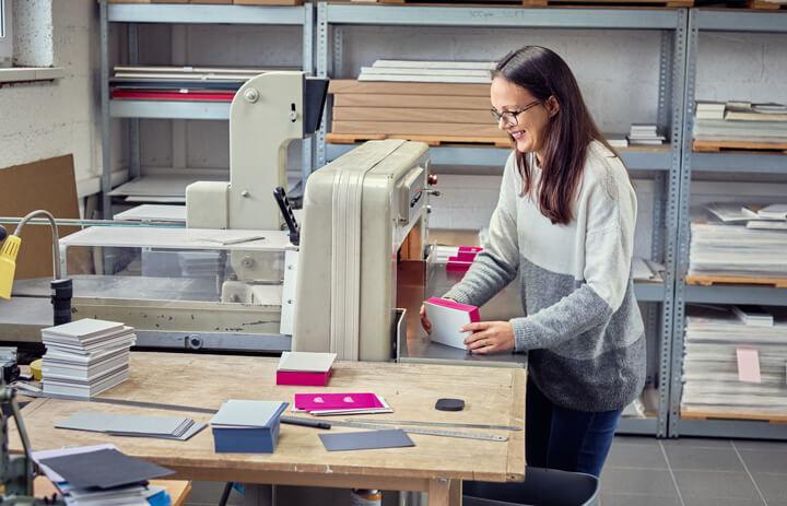 foto van de drukker van de nieuwe visitekaartjes van Visia Media; Victorija
