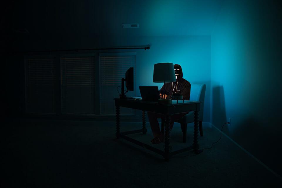 WordPress hacker achter computer