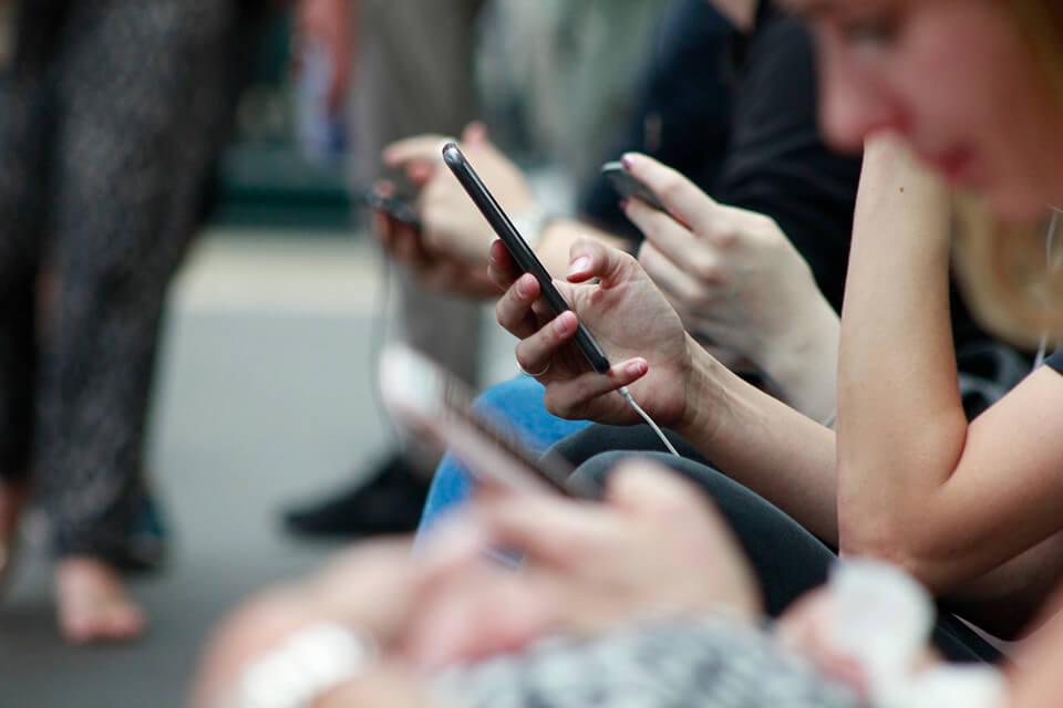 Een groep mensen met hun telefoon