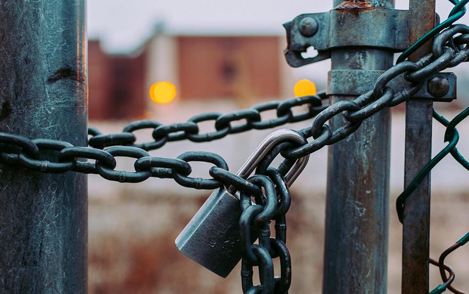 Foto van een slot om een hek