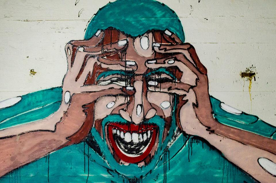 Portret van een huilende man