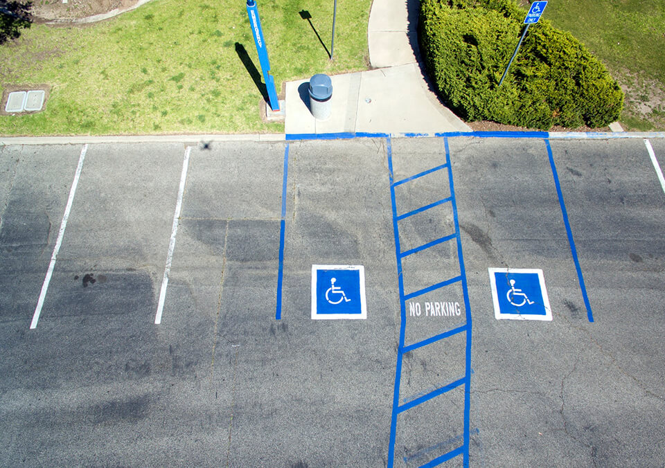 Invalidenparkeerplaats met markeringen op de weg