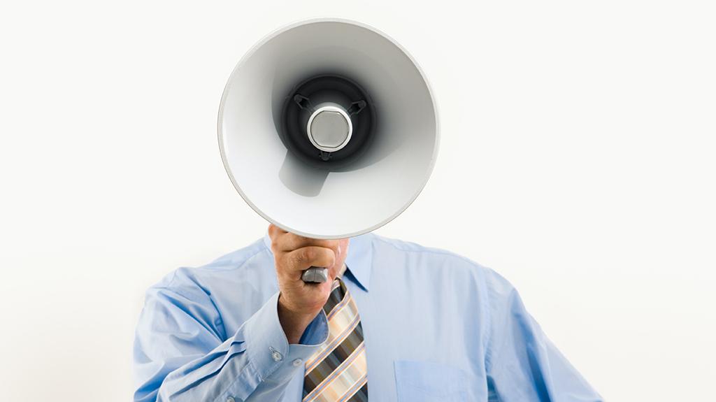 Man met een megafoon