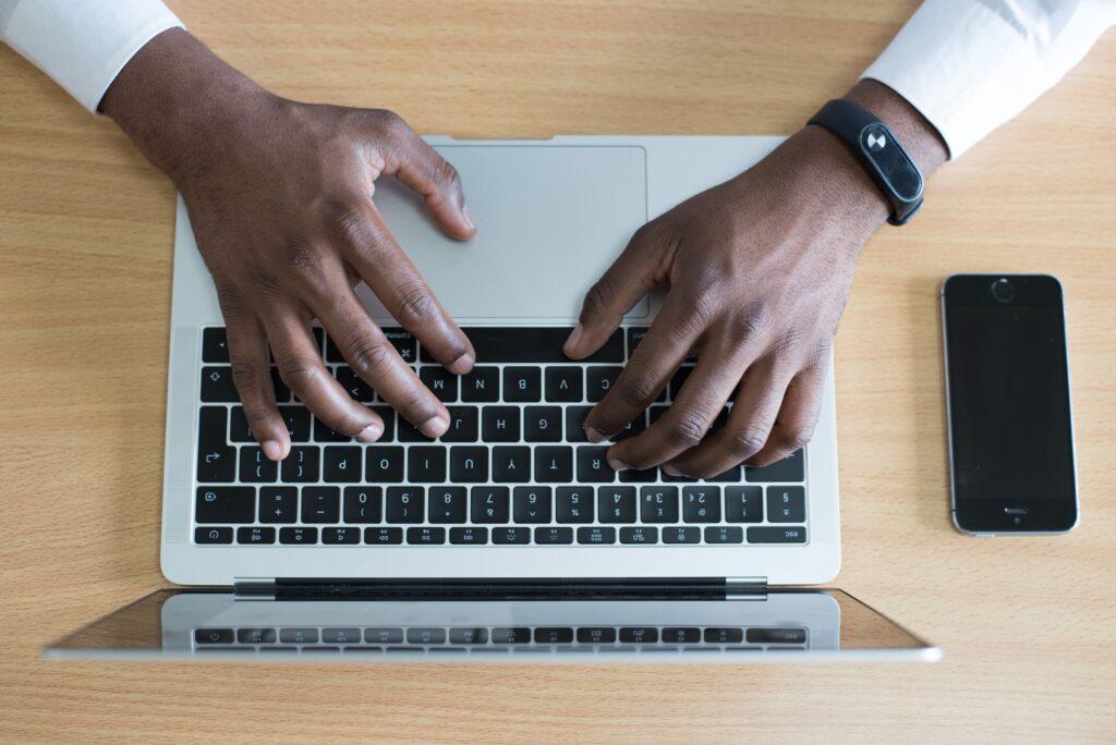 Persoon die doet aan bloggen voor SEO